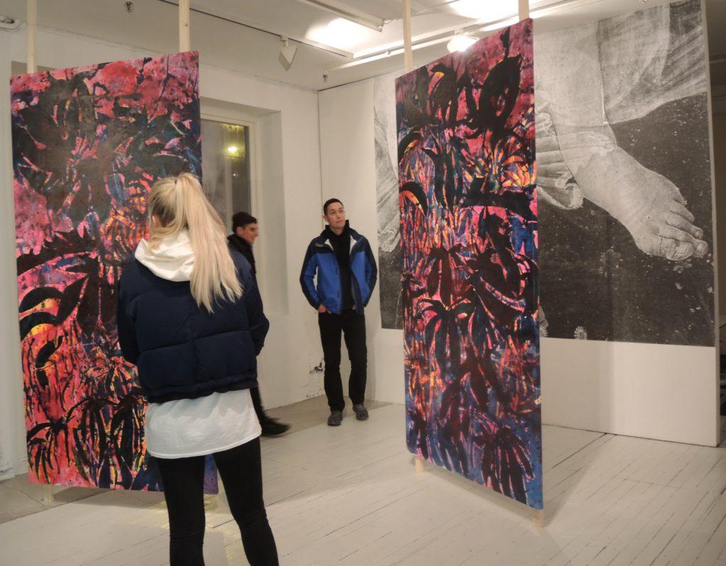 publikum interagerer med Nicholas Johnsons malerier Sundowner 1-2